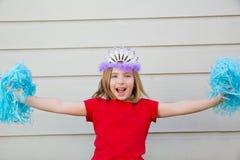 Menina loura da criança que joga como poms e a coroa cheerleading do pom Fotografia de Stock Royalty Free