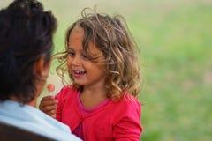 A menina loura das pessoas de 3-4 anos olha sua mãe fotos de stock