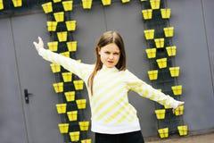 Menina loura de cabelos compridos em uma camiseta amarela e em um revestimento amarelo imagem de stock