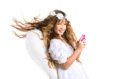 A menina loura do anjo com telefone celular e pena voa no branco Imagens de Stock Royalty Free