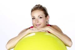 Menina loura do esporte da aptidão com esfera Fotos de Stock