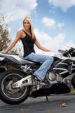 Menina loura do motociclista Fotografia de Stock