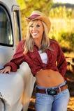 Menina loura do país no chapéu e nas calças de brim Fotografia de Stock Royalty Free