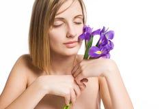 Menina loura dos termas com flores da íris. Imagens de Stock Royalty Free