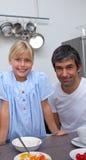 Menina loura e seu pai que comem o pequeno almoço Imagem de Stock Royalty Free