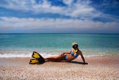 Menina loura em aletas e na máscara amarelas da natação Fotografia de Stock