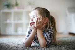 Menina loura em casa imagens de stock royalty free