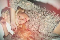 A menina loura em um fundo cinzento Imagens de Stock