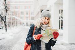 Menina loura encaracolado com mapa, inverno Foto de Stock Royalty Free