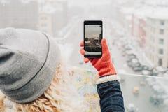 Menina loura encaracolado que faz a foto em seu smartphone Imagem de Stock Royalty Free