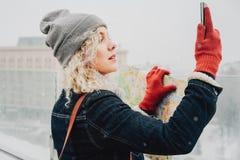 Menina loura encaracolado que faz o selfie ou a foto Foto de Stock Royalty Free