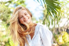Menina loura feliz nova bonita com cabelo longo no parque da mola do verão imagens de stock