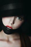Menina loura impressionante no preto Imagens de Stock Royalty Free