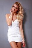 Menina loura lindo no vestido branco foto de stock
