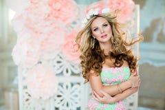 Menina loura muito bonita e sensual em um vestido do laço com um wr Fotografia de Stock
