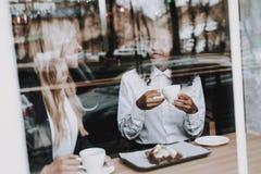 Menina loura mulatto sente-se Café Café da bebida fotografia de stock
