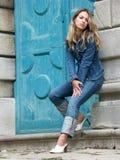Menina loura nas calças de brim Fotografia de Stock