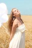 Menina loura no campo do verão Fotos de Stock Royalty Free