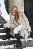 Menina loura no casaco de pele imagens de stock royalty free