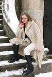 Menina loura no casaco de pele imagens de stock