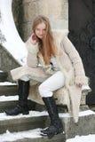 Menina loura no casaco de pele imagem de stock