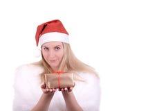 Menina loura no chapéu de Santa com presente Fotos de Stock Royalty Free