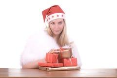 Menina loura no chapéu de Santa com presente Fotografia de Stock Royalty Free