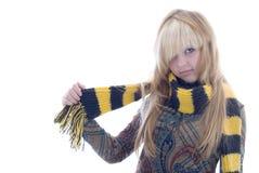Menina loura no lenço amarelo preto imagem de stock