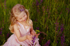 Menina loura no prado Fotografia de Stock