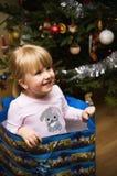 Menina loura no saco do presente de época natalícia Imagem de Stock
