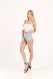 Menina loura no short das calças de brim Fotografia de Stock