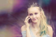 Menina loura no telefone fotografia de stock