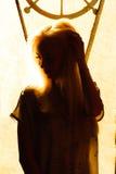 Menina loura nova bonita com uma cara bonita e olhos bonitos Retrato dramático de uma mulher na obscuridade Olhar fêmea sonhador Imagem de Stock