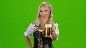 Menina loura nova bonita do caneco de cerveja o mais oktoberfest da cerveja filme