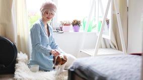 Menina loura nova com cão vídeos de arquivo
