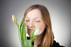 Menina loura nova com tulips Fotos de Stock Royalty Free
