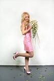 Menina loura nova com um ramalhete do fluxo Fotografia de Stock Royalty Free