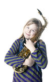 A menina loura nova guarda o saxofone no estúdio fotos de stock