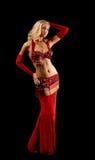 Menina loura nova na dança - traje árabe vermelho Foto de Stock