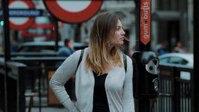 Menina loura nova no circo de Piccadilly em Londres filme