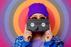 Menina loura nova no revestimento e no chapéu de esportes 90s imagem de stock royalty free