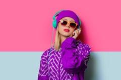 Menina loura nova no revestimento e no chapéu de esportes 90s foto de stock royalty free