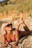 A menina loura nova sexual em uma praia Imagem de Stock
