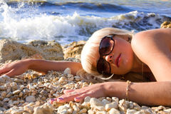 A menina loura nova sexual em uma praia imagem de stock royalty free