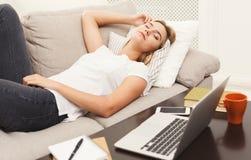 Menina loura ocasional que dorme no sofá Imagens de Stock Royalty Free