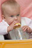 A menina loura pequena bebe a água Fotografia de Stock Royalty Free