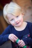 Menina loura pequena bonita bonito fotografia de stock royalty free