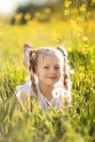 Menina loura pequena com flor do dente-de-leão Fotografia de Stock Royalty Free