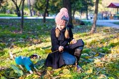 Menina loura pequena com seus outdooors do cão de estimação no parque Imagem de Stock Royalty Free