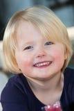 Menina loura pequena de olhos azuis amigável bonita fotos de stock royalty free
